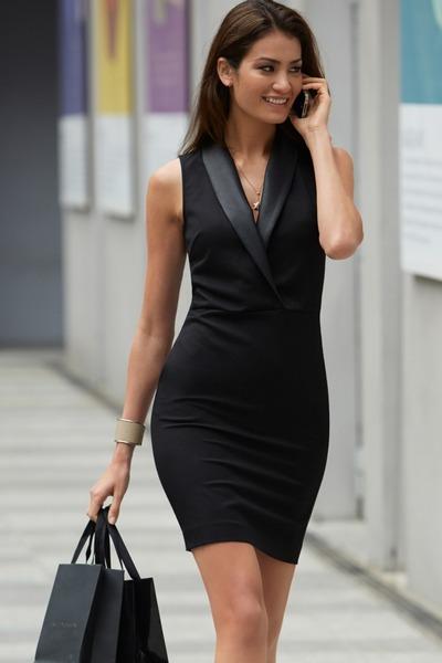 Vestido preto combina com sapato bege