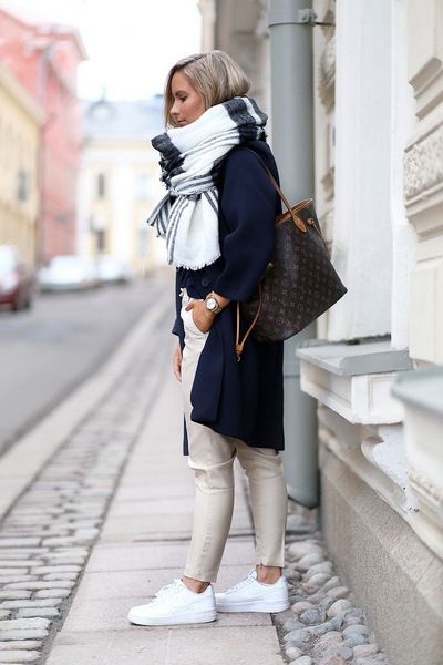How to wear sneakers to work with style bemvestir - Beige kombinieren ...
