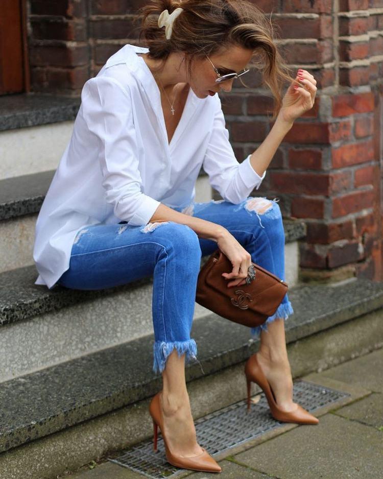 a2c626abe Os jeans, são outra das peças de roupa imprescendíveis num guarda roupa  feminino. Versáteis, podem ser conjugados com uma camisa branca e um blazer.