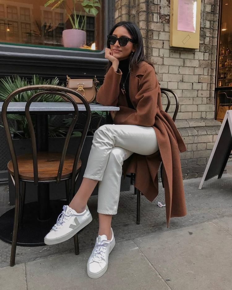 cb2ee8d08 As sapatilhas brancas, são um clássico intemporal que, volta e meia, volta  a ser tendência. Dos modelos mais tradicionais às novidades mais  futuristas, ...